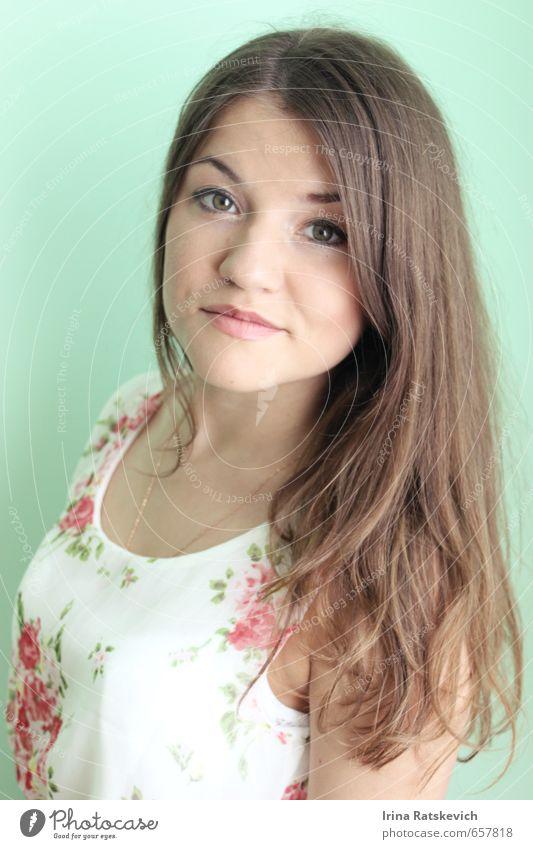 Porträt Jugendliche Haare & Frisuren 1 Mensch 18-30 Jahre Erwachsene T-Shirt brünett genießen Blick Glück niedlich dünn schön Gefühle Stimmung Freude