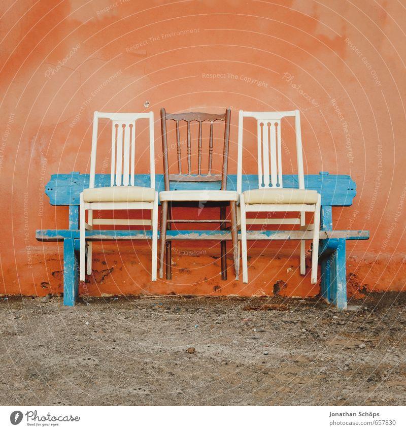 Bankbestuhlung blau weiß Farbe Wärme Wand lustig Holz Fassade orange Textfreiraum Freundlichkeit Spanien Stuhl Bank Sitzgelegenheit Symmetrie