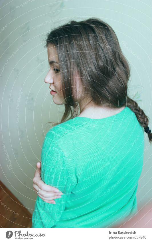 Mädchen Jugendliche Haare & Frisuren Finger 1 Mensch 18-30 Jahre Erwachsene Pullover brünett Denken genießen Blick stehen dünn Fröhlichkeit niedlich positiv