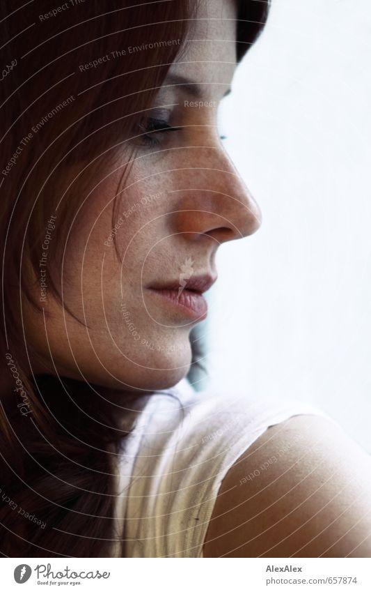 STUDIO TOUR | nahes, seitliches Portrait einer jungen, rothaarigen Frau mit Sommersprossen schön Haut Gesicht Junge Frau Jugendliche Mund 18-30 Jahre Erwachsene