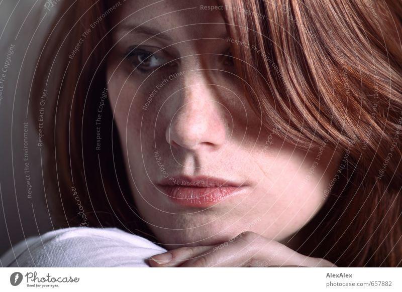 STUDIO TOUR | Svenja Jugendliche schön Junge Frau ruhig 18-30 Jahre Ferne Gesicht Erwachsene Gefühle feminin Haare & Frisuren Denken träumen elegant Haut authentisch