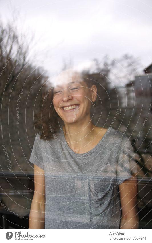 Lächeln Wohnzimmer Junge Frau Jugendliche Gesicht Grübchen 18-30 Jahre Erwachsene T-Shirt brünett langhaarig Locken Bewegung lachen stehen leuchten ästhetisch