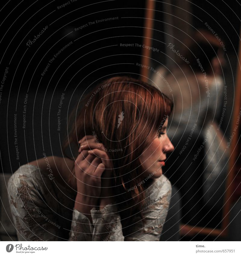 STUDIO TOUR | . Mensch feminin 1 rothaarig langhaarig Spiegel Denken Blick sitzen schön Zufriedenheit Leidenschaft Romantik Gelassenheit geduldig ruhig