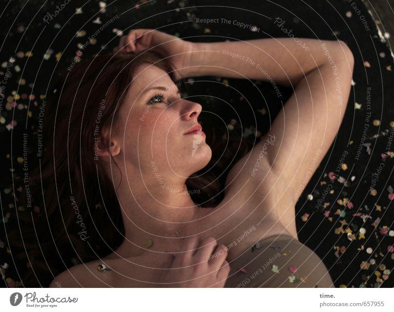 STUDIO TOUR | . Mensch feminin Kopf Arme 1 18-30 Jahre Jugendliche Erwachsene brünett langhaarig Dekoration & Verzierung Konfetti beobachten liegen nackt Glück