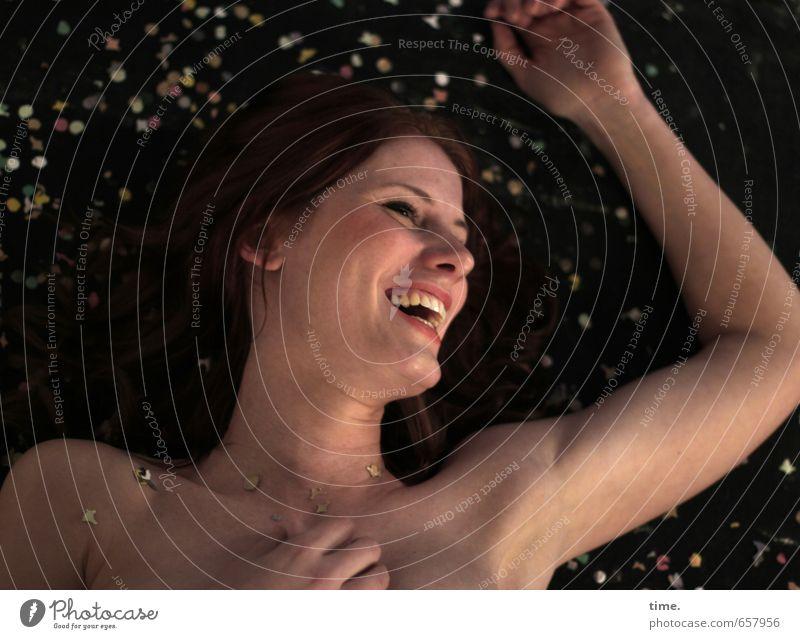 STUDIO TOUR | . Mensch feminin 1 18-30 Jahre Jugendliche Erwachsene brünett langhaarig Dekoration & Verzierung Konfetti lachen liegen nackt Freude Lebensfreude