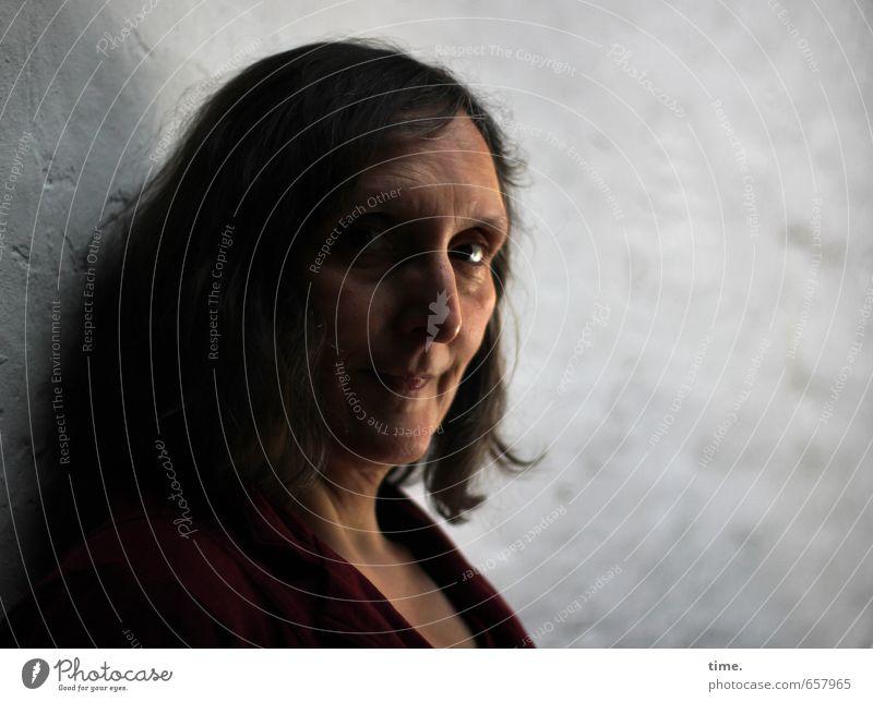 STUDIO TOUR | . Mensch feminin Kopf 1 brünett langhaarig beobachten Blick warten authentisch natürlich achtsam Wachsamkeit Vorsicht Gelassenheit geduldig ruhig