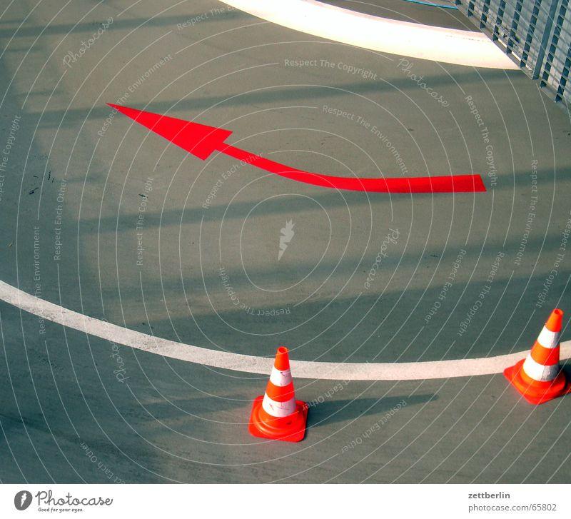 Tiefgarage Garage Fahrbahnmarkierung rot weiß grau Verkehrsleitkegel Pfeil Linie Tor Tür