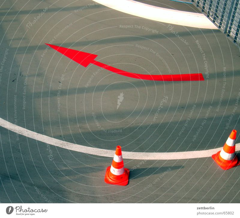 Tiefgarage weiß rot grau Linie Tür Pfeil Tor Garage Verkehrsleitkegel Fahrbahnmarkierung
