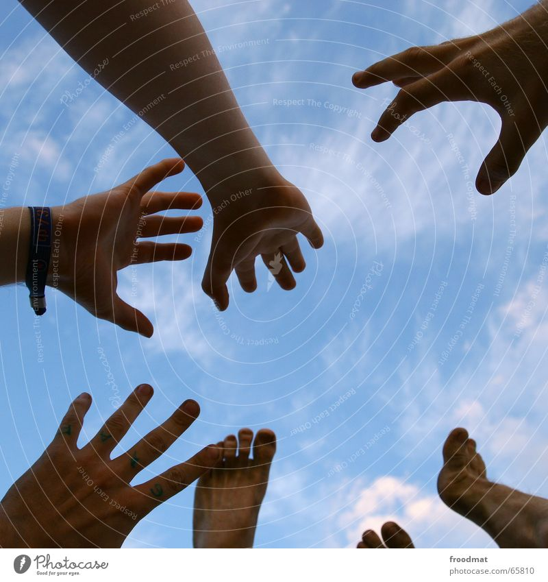 Gliedmassen Hand Himmel blau Freude Wolken Fuß Beine Arme Finger hoch fangen aufwärts Zehen greifen Fingernagel Musikfestival