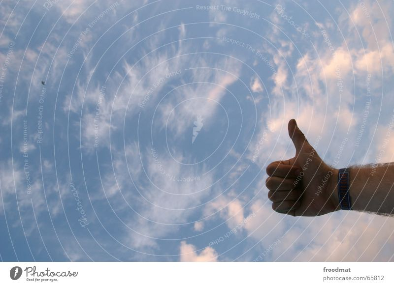 Daumen hoch Hand Himmel Wolken Spitze Musikfestival Faust gedreht