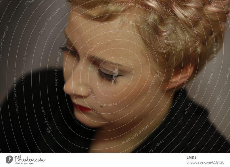 Marylin denkt nach Mensch Frau Jugendliche rot Junge Frau 18-30 Jahre Gesicht Erwachsene Auge feminin Haare & Frisuren Denken blond Mund Nase Lippen