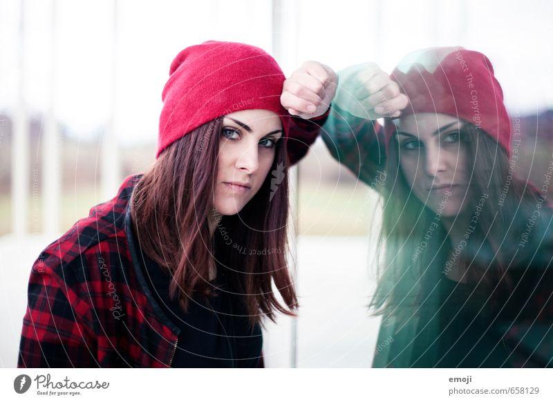 mirrorrorrim feminin Junge Frau Jugendliche 1 Mensch 18-30 Jahre Erwachsene Mütze trendy ernst selbstbewußt Farbfoto Außenaufnahme Tag Reflexion & Spiegelung