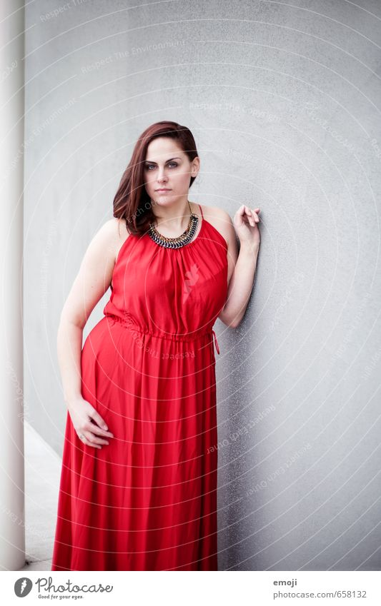 rot feminin Junge Frau Jugendliche Erwachsene 1 Mensch 18-30 Jahre Mode Kleid schön grau Farbfoto Außenaufnahme Hintergrund neutral Tag Schwache Tiefenschärfe