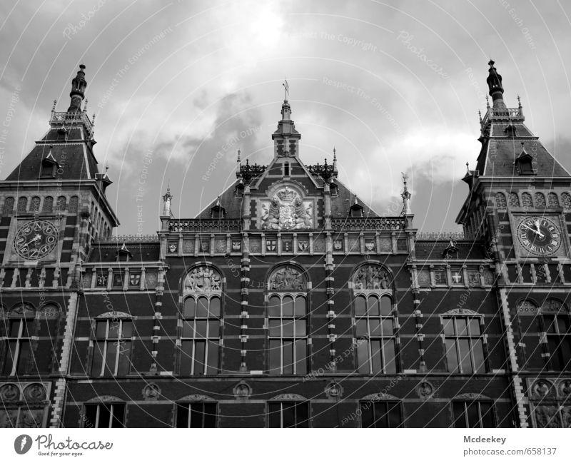ein niederländischer Dreizack Himmel weiß Sommer Sonne Wolken schwarz Fenster Wand Mauer grau Fassade Uhr Europa Schönes Wetter Turm Dach