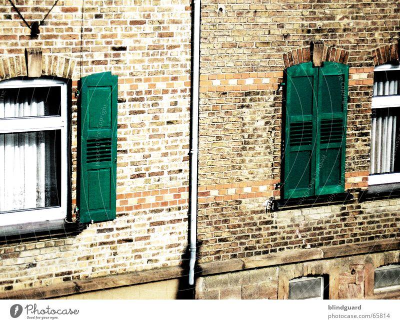 Auf ... zu ... auf Fenster Fensterladen Backstein Mauer Vorhang Haus gestrichen bearbeitet Rollladen Altbau Wand Glasscheibe Regenrinne grün rot beige window