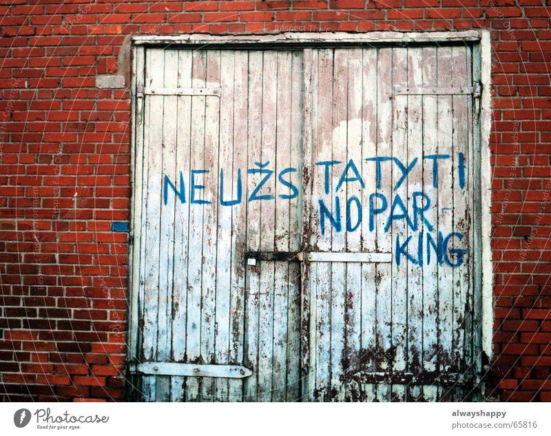 Tür zu. Mauer Backstein kaputt Schmiererei weiß rot Holztor geschlossen Wand Tor Renovieren alte farbe Burg oder Schloss blau Schriftzeichen