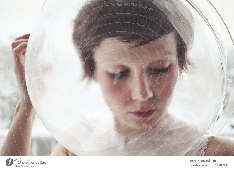 kosmonautin Lippenstift Frau Erwachsene 1 Mensch 18-30 Jahre Jugendliche Winter Schnee Helm brünett kurzhaarig Denken außergewöhnlich nah rund schön verrückt