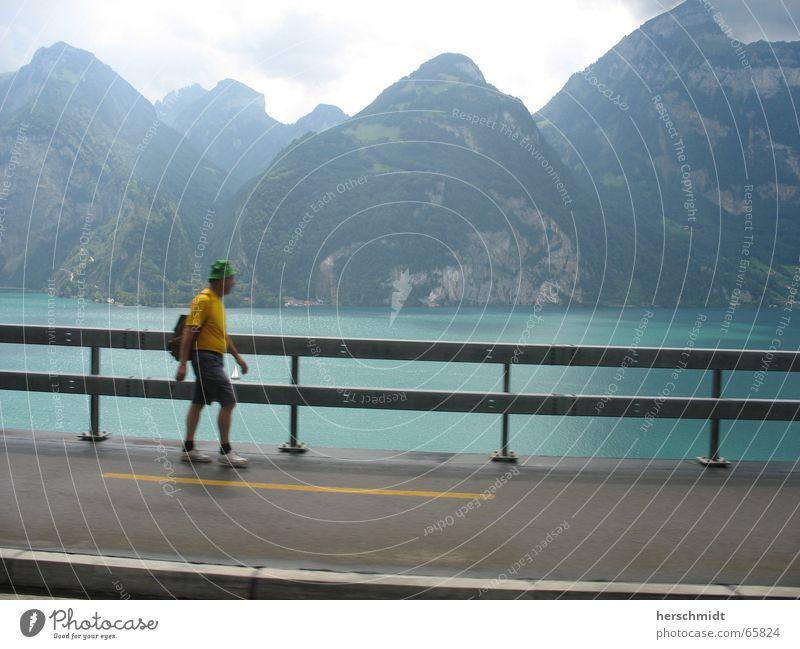 Bergtour Mann Wasser Himmel gelb Straße Berge u. Gebirge See gehen Mütze Bürgersteig Rucksack