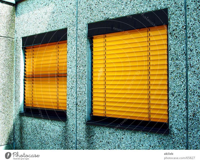 wir sind nicht da Haus gelb Fenster grau Mauer Metall geschlossen geheimnisvoll Verbote Schüchternheit Plattenbau Wetterschutz Jalousie Rollo Sichtschutz