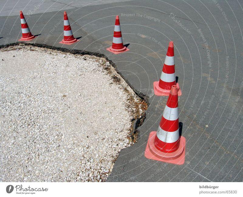 aufgepasst im straßenverkehr! Straßennamenschild Verkehrsschild Verkehrszeichen stehen aufgereiht Umweg Hut Verkehrsunfall Asphalt Kies hart kaputt Schlagloch