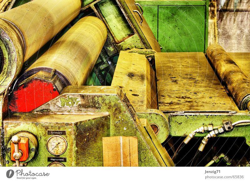 Under pressure. Walze Maschine Fabrikhalle Arbeit & Erwerbstätigkeit dreckig produzieren Maschinenbau walzmaschine Kunstwerk maschinendetail Detailaufnahme alt