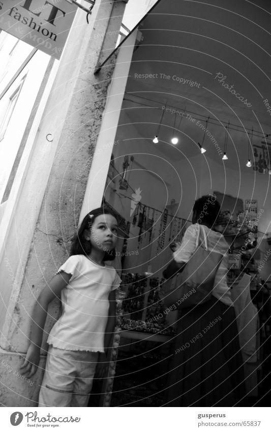 { warten } Kind Mädchen warten klein kaufen Mutter Ladengeschäft Schmuck Tochter Familie & Verwandtschaft gehorsam Junge Frau Geistesabwesend