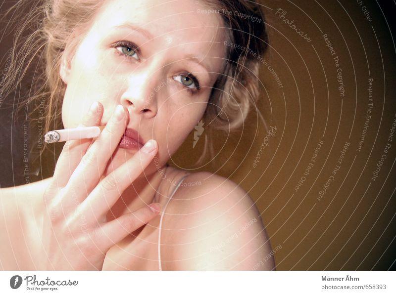 Viel Rauch... Mensch Frau Jugendliche Junge Frau 18-30 Jahre Gesicht Erwachsene Erotik feminin Haare & Frisuren Kopf Haut warten ästhetisch Finger Rauchen