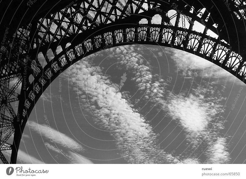 Eiffelturm SW Himmel Ferien & Urlaub & Reisen Wolken Architektur grau Gebäude Metall groß Tourismus außergewöhnlich Europa Turm Romantik Bauwerk unten