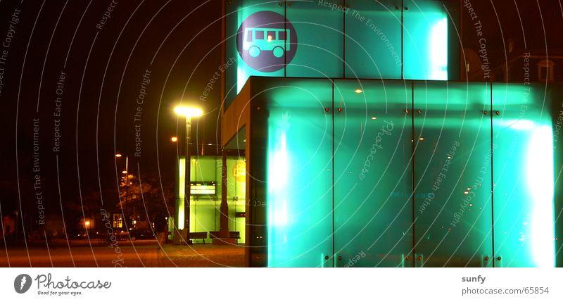 wo gehts denn hier... Station Nacht Beleuchtung Bahnhof Langeweile Langzeitbelichtung Bus modern warten