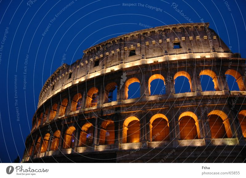 Italien strahlt Rom Bauwerk Attraktion Ruine antik Beleuchtung Tourismus Wahrzeichen Denkmal colloseum kolloseum Bogen blau Stein Römerberg