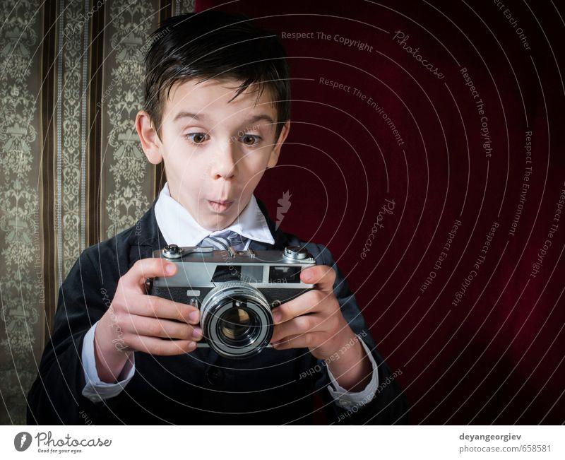 Kind alt weiß Junge klein Glück Lifestyle Kindheit Fotografie niedlich retro Grafik u. Illustration Fotokamera Nostalgie Linse