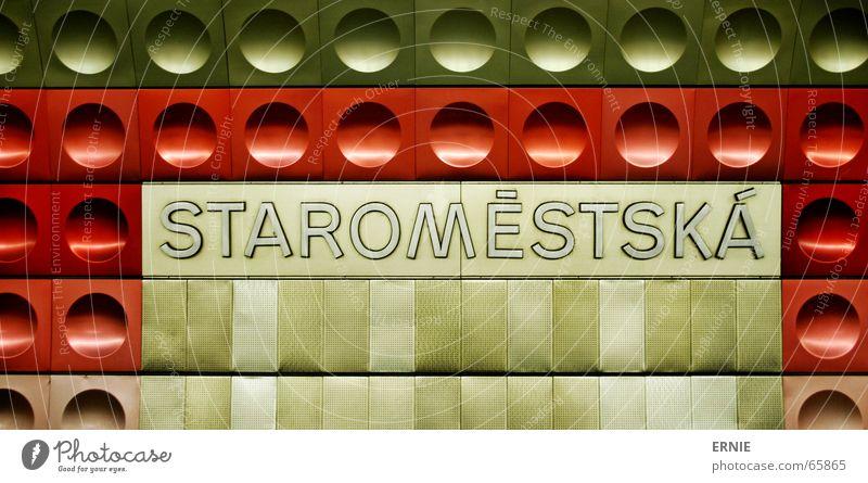 Staro Prag Untergrund London Underground rot Typographie Kunst dunkel gekrümmt Eisenbahn Schriftzeichen Fliesen u. Kacheln irgentwas warten Architektur
