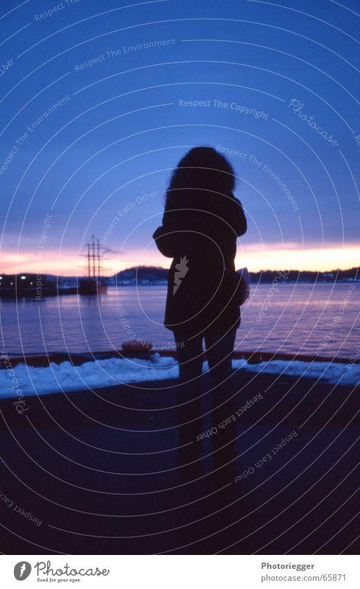 fjord-romantik Meer Wasserfahrzeug Segelschiff Frau Freundlichkeit kalt Sonnenuntergang Dämmerung Horizont Oslo Norwegen Stimmung Winter Fjord Mensch Locken
