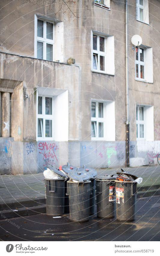 zuviel müll. Stadt Haus Fenster Graffiti Wand Straße Wege & Pfade Gebäude Mauer grau Fassade Wohnung Häusliches Leben Platz Bauwerk Stadtzentrum