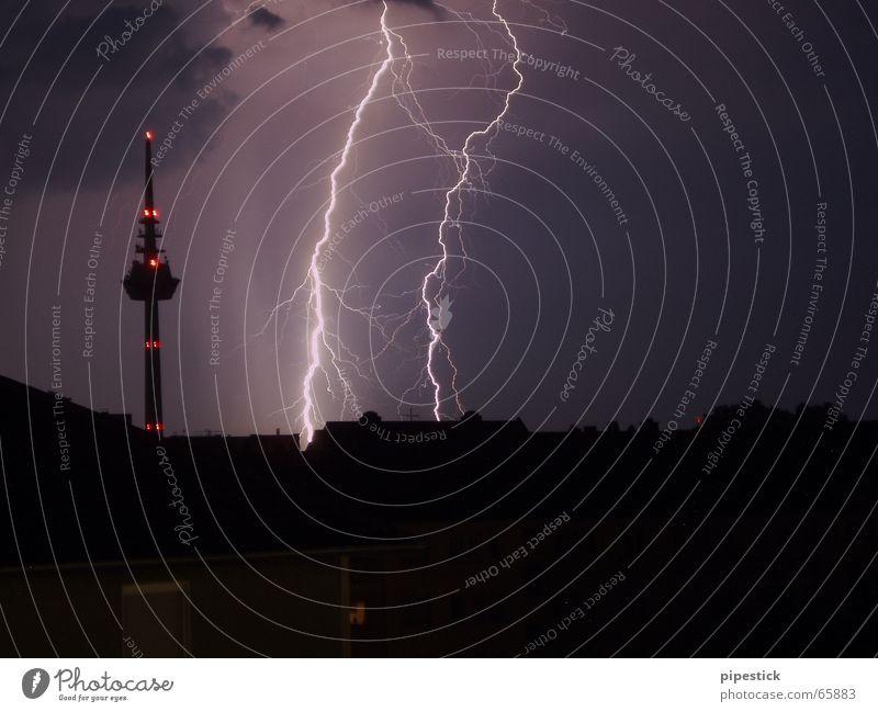 Blitz neben dem Mannheimer Fernsehturm violett gelb Sonnenuntergang Stadt Tankstelle rosa Hochhaus Himmel Wetter Hagel