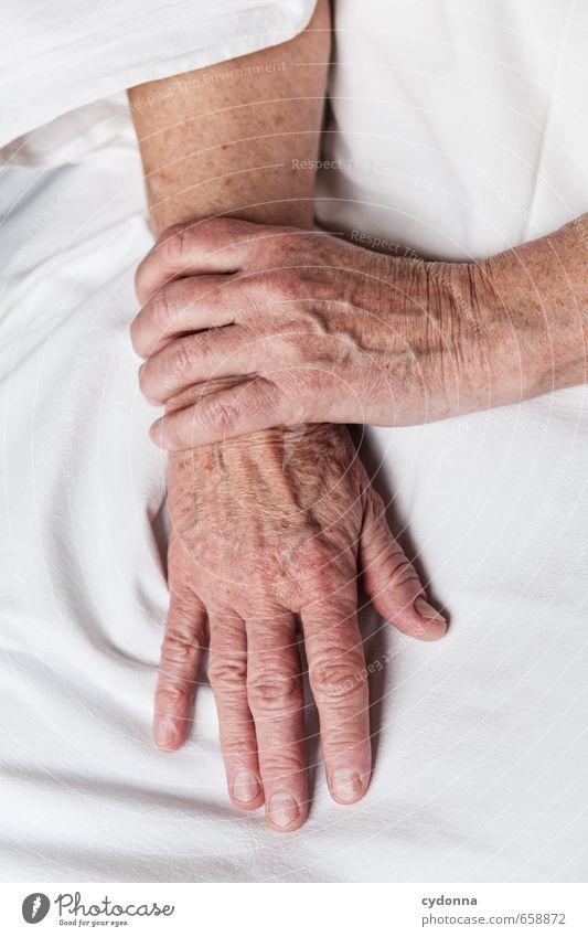 Hände Mensch Frau schön Hand ruhig Erwachsene Leben Gefühle Senior Zeit Gesundheitswesen ästhetisch 45-60 Jahre Haut 60 und älter lernen