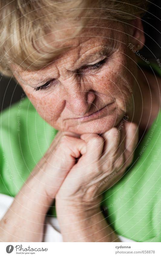 Überdenken Mensch Frau Hand ruhig Gesicht Erwachsene Leben Traurigkeit Gefühle Senior Gesundheit Denken Zeit Gesundheitswesen 45-60 Jahre Zukunft