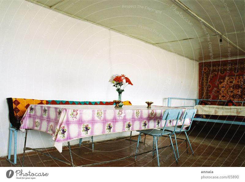 wohnen schöner Tisch Stuhl leer trist Gast Wand ruhig Imbiss Häusliches Leben wachstuchdecke plastikblumen Raum gastgeber warten gaststätte retro