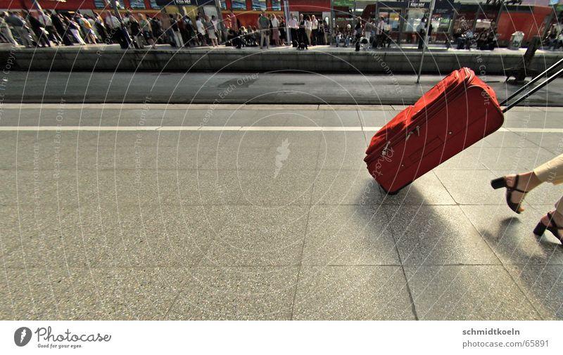 gepäckstück Bahnsteig Eile Frau Gepäck Ferien & Urlaub & Reisen Hauptbahnhof dramatisch Geschwindigkeit Bahnhof Fuß mitnehmen beeilung Passagier