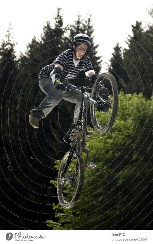 Slopstyle Mountainbike Fahrrad Sportveranstaltung Streifen Wald slopstyle downhill Bewegung gefährlich Kurve Abfahrt Körperbeherrschung talentiert Mut