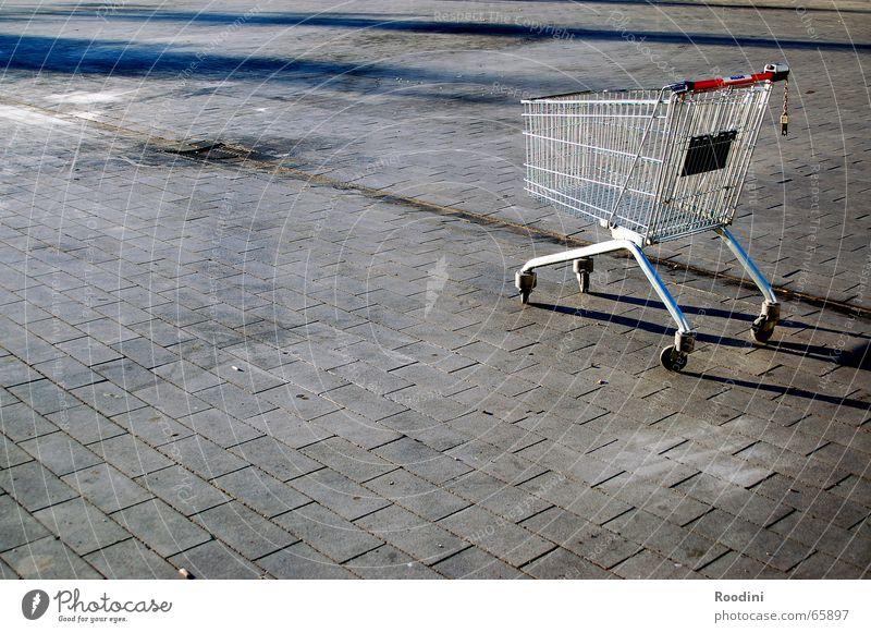 Einkaufswagen Supermarkt Marktplatz Käfig discounter Kopfsteinpflaster Metall
