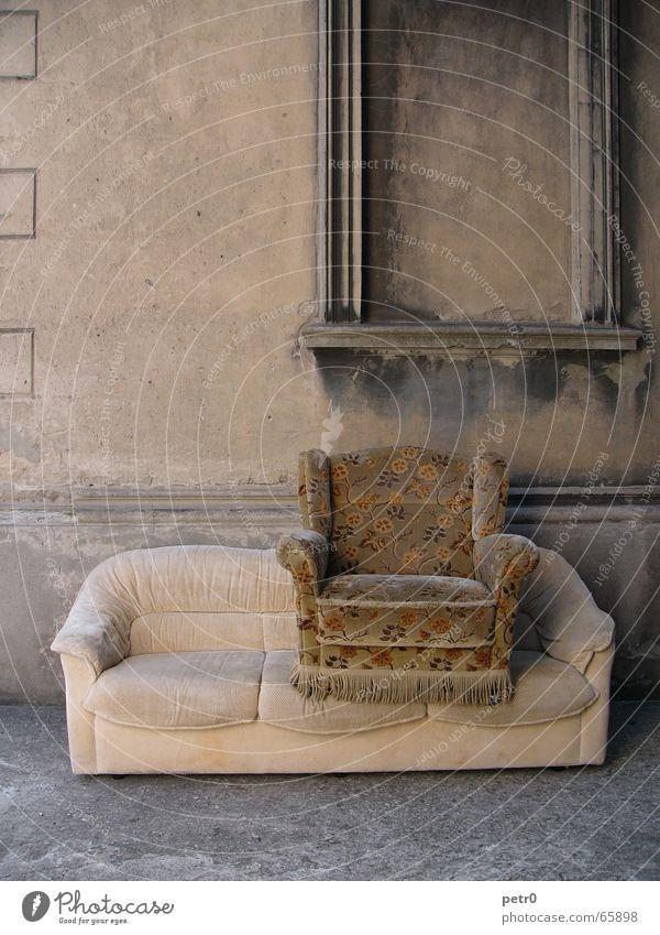 Zwei Sitzer Wand Haus verfallen Sessel Sofa Muster Blume Blumenmuster verschlissen Ruine Fenster Putz dreckig schäbig Beton Grunge verwohnt alt Sitzgelegenheit