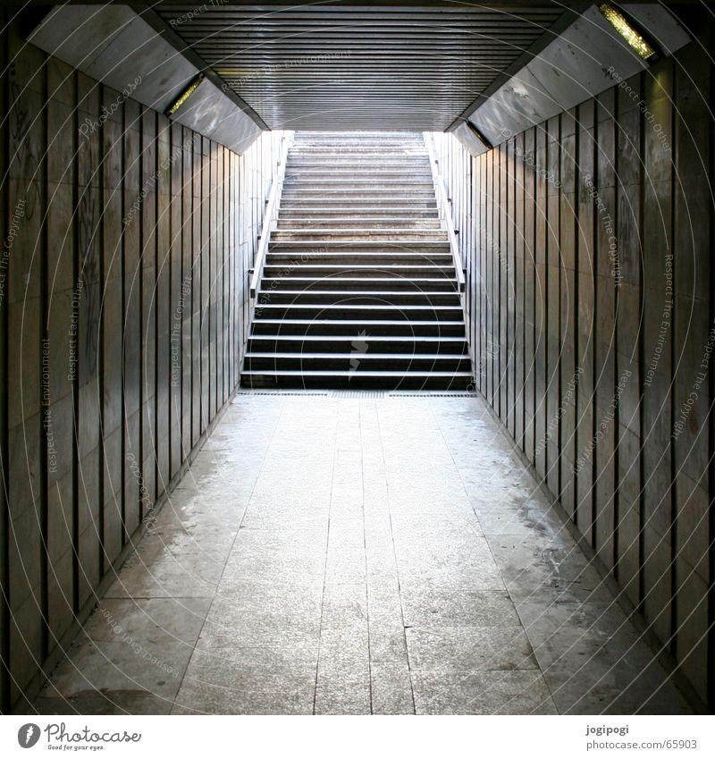 Erwartung Stadt dunkel grau hell Treppe lang Tunnel Schacht Unterführung