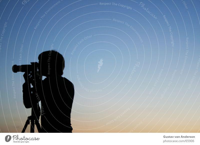 Auf der Jagd Himmel blau rot Fotokamera Abenddämmerung Linse Objektiv Stativ Pirsch