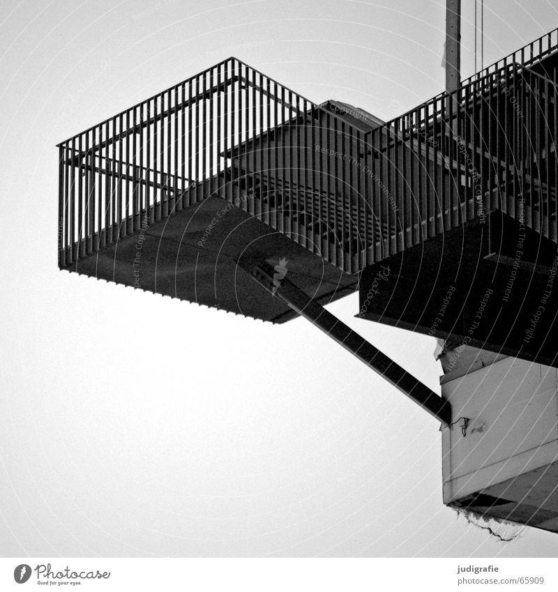 Hoch oben Blick nach unten abwärts Konstruktion Haus Gebäude Aussicht schwarz weiß Detailaufnahme Schwarzweißfoto Treppe Geländer hoch aufwärts Himmel