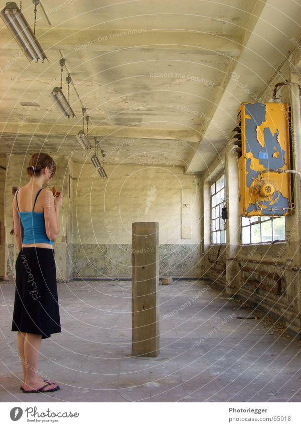 dreiecksbeziehung Frau Mensch gelb Fenster Dame türkis Flipflops stumm Fabrikhalle hell-blau