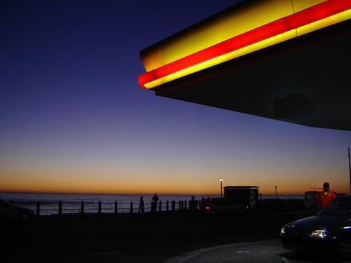tankstelle mit meerblick Tankstelle Kapstadt Sonnenuntergang Horizont rot gelb Kitsch Meer Himmel