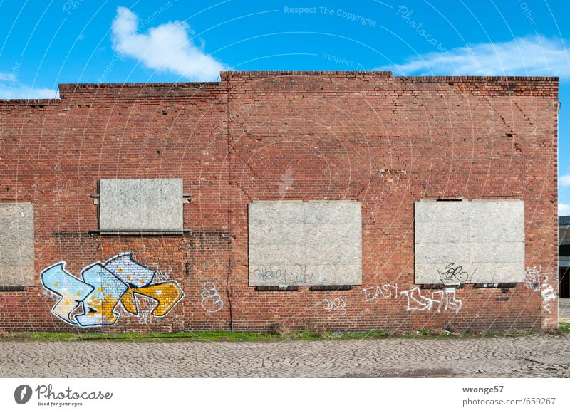 Textfreiraum | Dreieinhalb alt Stadt Haus Fenster Wand Graffiti Mauer Gebäude Deutschland Fassade Europa geschlossen verfallen Bauwerk Lagerhalle