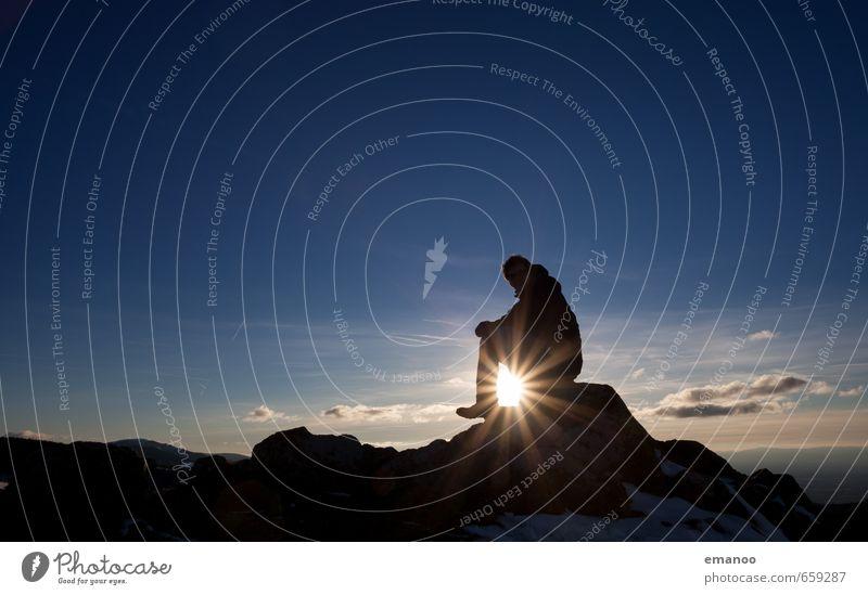 Gipfelpause Mensch Himmel Natur Ferien & Urlaub & Reisen Mann blau Sonne Erholung Landschaft ruhig Erwachsene Berge u. Gebirge Freiheit Felsen Freizeit & Hobby Wetter