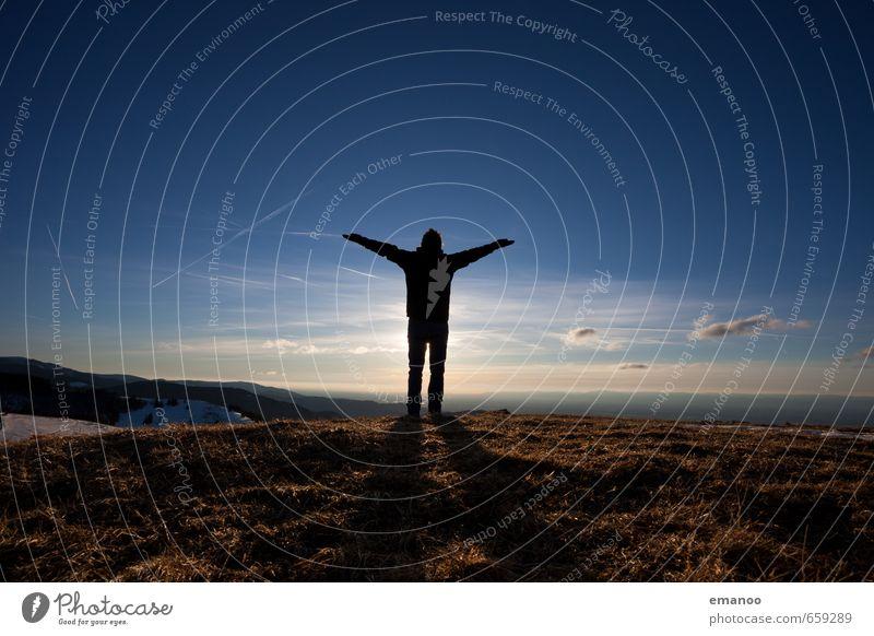 Hochgefühl Mensch Himmel Natur Ferien & Urlaub & Reisen Mann Erholung ruhig Landschaft Freude Ferne Erwachsene Berge u. Gebirge Wiese Gras Stil Freiheit